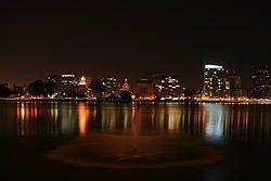 由梅里特湖往西眺望奥克兰市中心