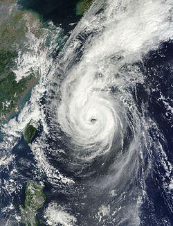 强台风菲特在10月5日靠近琉球群岛