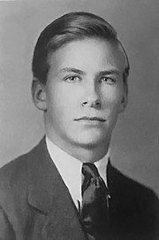 Photo portrait of a young man with short hair wearing a suit and tie