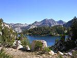 孤独的印第安人湖与四周的环山