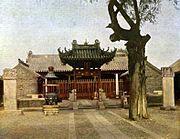 Hof im Tempel des Stadtgottes von Kiautschou.jpg