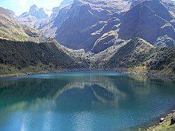 乌斯帕科查湖,后面是安派山