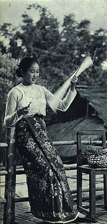 1962-07 1962年 云南德宏傣族姑娘绕丝.jpg