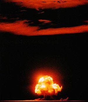 一团燃烧的蘑菇云冲天而上,将天际染为红色。