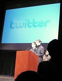 斯通和多西在前台演示发言时的广角镜头
