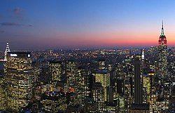 2006年1月黄昏时的曼哈顿中城,向南能够看到洛克菲勒中心。