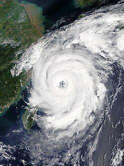 泰利的环流覆盖整个东海,其大型风眼比较粗糙。
