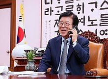 Speaker Park Byeong-seug receives a phone call from the President Moon Jae-in (2).jpg