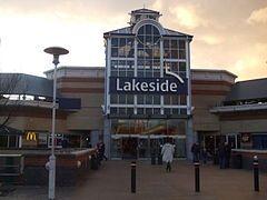 湖边购物中心