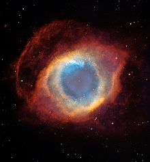 色彩丰富的壳有着像眼睛一样的外观。中心细小的恒星被一个像是虹膜的蓝色区域包围着。这个虹膜又被同心圆的橘色环带环绕着,在空间显示出眼睛形状的区域呈现红色。整幅图的背景点缀著恒星。