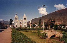 Plaza de Huánuco con la Iglesia de San Sebastian al fondo.jpg