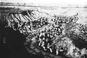 Bundesarchiv Bild 134-C1315, Tsingtau, Seesoldaten in Deckung.jpg