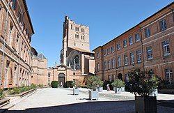 位于图卢兹的省府大楼, 后为图卢兹主教座堂