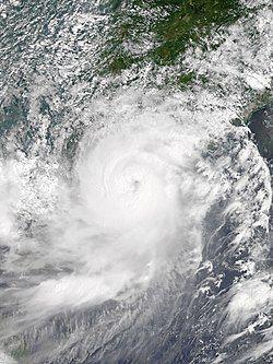 8月23日天鸽继续急剧增强至巅峰,并直扑珠江口以西一带。