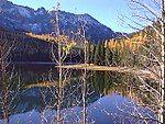 秋天的草莓湖与群山