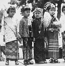 COLLECTIE TROPENMUSEUM Kinderen dragen verschillende traditionele klederdrachten om de eenheid van Indonesië te symboliseren TMnr 20000148.jpg