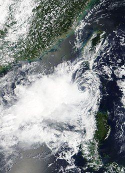 古超在9月6日加强为热带风暴,但低层环流中心与深层对流切离。
