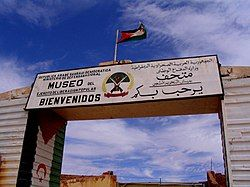 An arch welcoming visitors in Arabic and Spanish to the museum