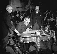 Pact van Brussel, Bevin tekent.jpg