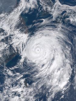 7月10日,达到最高强度后不久的超强台风灿鸿