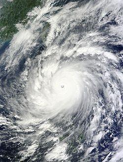 10月18日,强度达到巅峰的超强台风鲇鱼正接近菲律宾