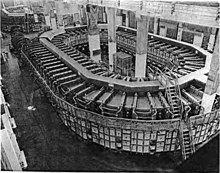 两个巨大的椭圆形结构,若干柱子穿插其间