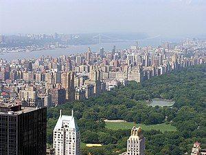 上西城及中央公园,远处为哈德逊河。