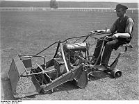 Bundesarchiv Bild 102-09651, Elektrische Grasmähmaschine.jpg