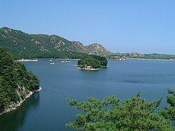 Lake samilpo at Kumgangsan 20020720.jpg