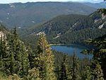 李维特湖与四周的山脉、森林
