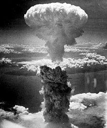 原子弹爆炸蕈状云(灰色蕈梗和白色蕈顶)的照片。
