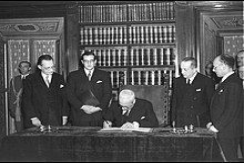 President Enrico De Nicola sign the Italian Constitution 1947.jpg