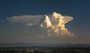 秃积雨云(前)与砧状积雨云(后)