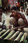 伝統楽器を演奏する男性