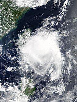 热带低压13W在7月22日重新组织,对流云团开始覆盖其中心。