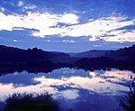 倒映在湖水上的环山