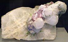 一种白色矿石,嵌有白色和淡粉色晶体。