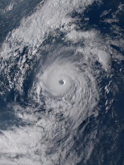 天鹅在8月23日即将穿越西表岛之际,第3次急剧增强,风眼再次变得清晰可见。
