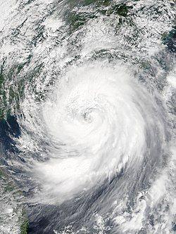 9月16日,减弱为强台风的山竹正逼近广东西部及珠江口一带的城市。