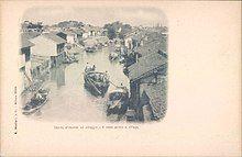 Canale attraverso un villaggio.jpg