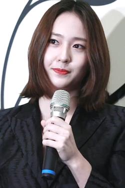 180315 Krystal(크리스탈) @ Givenchy 纪梵希 Event Interview 01.png