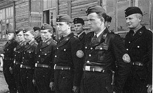 Bundesarchiv Bild 146-1982-161-01A, Ukrainische Wachmannschaft eines Torfwerks.jpg