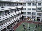 位于前校舍校园中庭的操场与各层走廊