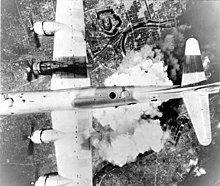 美军B-29超级堡垒轰炸机飞越日本上空