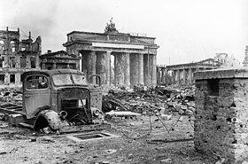 Bundesarchiv B 145 Bild-P054320, Berlin, Brandenburger Tor und Pariser Platz.jpg