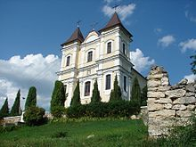 Biserica catolică din vîrful ruinelor sinagogii.jpg