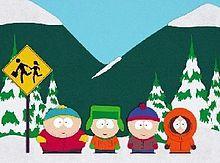 一个动画电视剧的截图:背景是几座被白雪覆盖的山和树,四个小孩站在站牌边等校车。