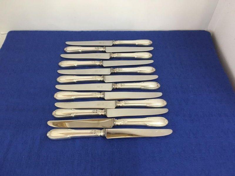 Grands couteaux en métal argenté motif perlé