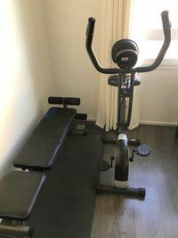 Vélo appartement, banc de musculation, haltères