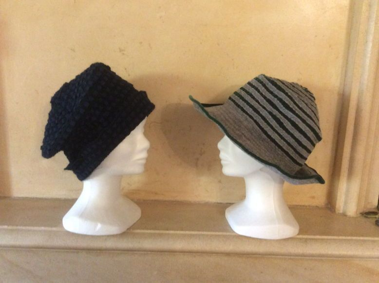 Vends chapeaux neufs velours gris et vert // bleu marine
